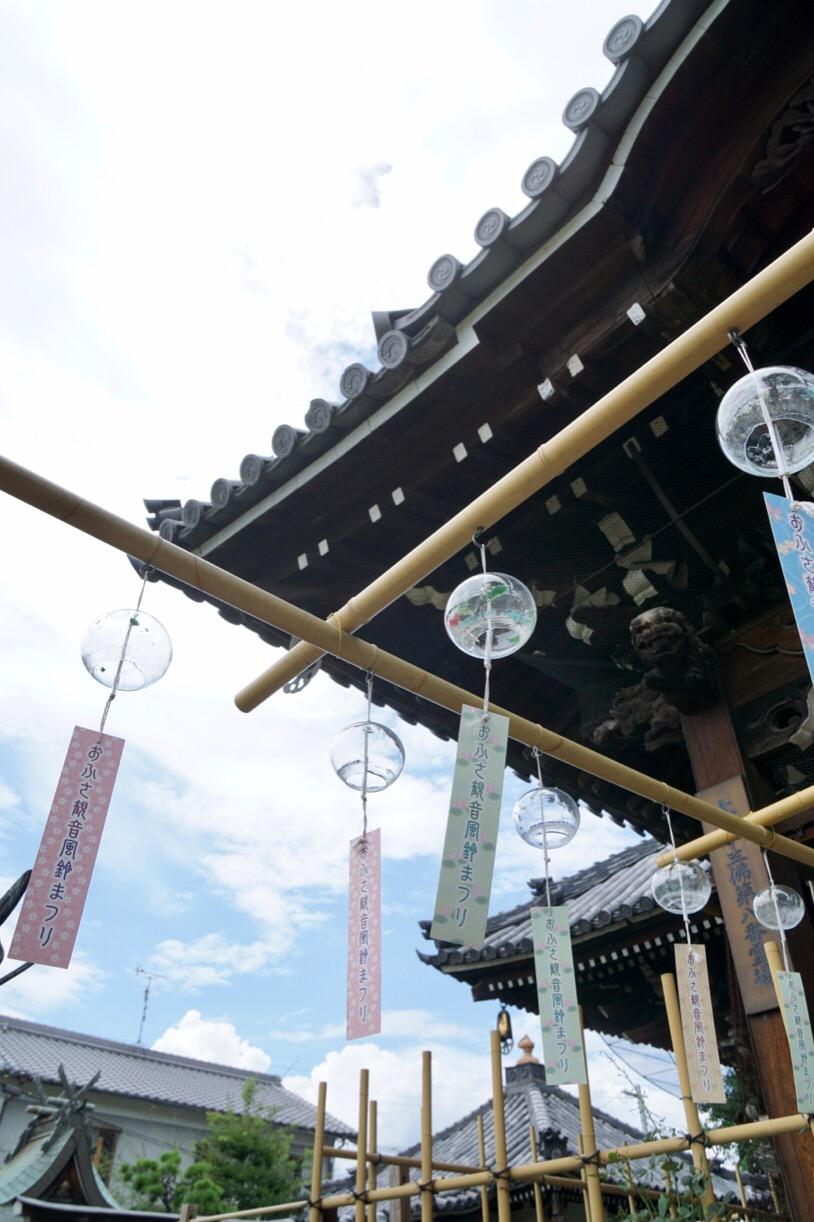地元の人に愛されているお寺のようで、風鈴には個人の方の名前が書かれていました。