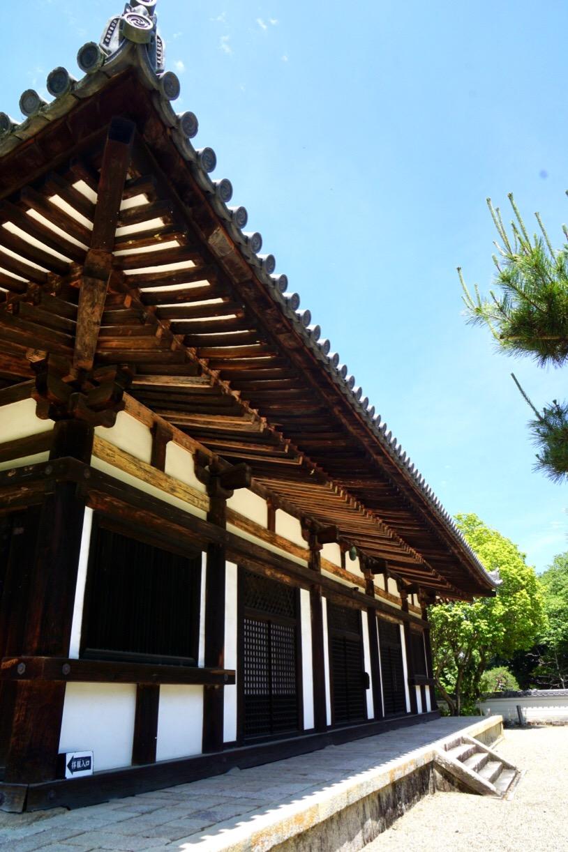 装飾がなく簡素で古都の名刹にふさわしい安定感のある優美な姿です。