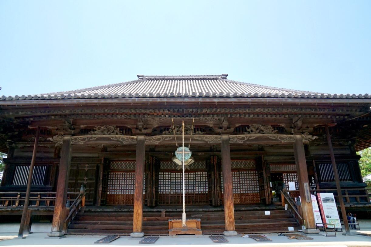 江戸中期に再建され、土壁を用いない独特の建築技法で奈良市屈指の巨大な近世仏堂です。