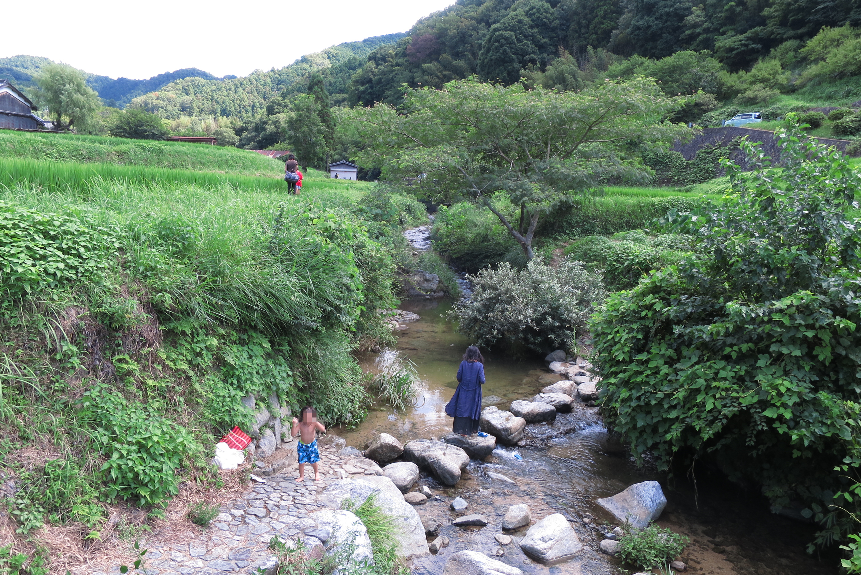 万葉集にも数多く詠まれた飛鳥川の「飛び石(石橋)」。川で遊んでいる子供がいました。