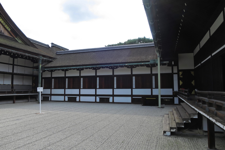 蹴鞠(けまり)の庭。御学問所と小御所をつなぐ廊下も天皇など身分の高い人のみ歩けます。