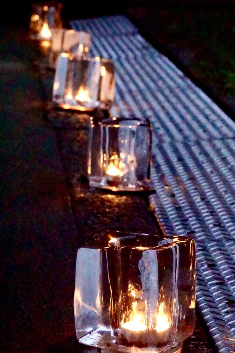 境内に氷の灯籠がたくさん並びます。
