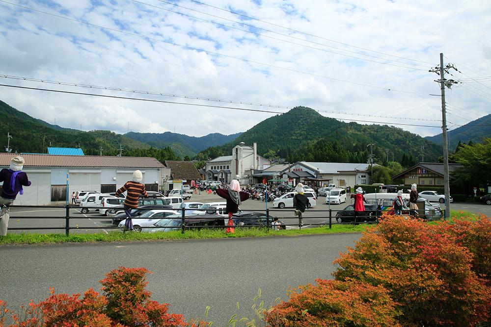 美山の平屋大橋の袂にある道の駅です。かかしが見守ってくれています。