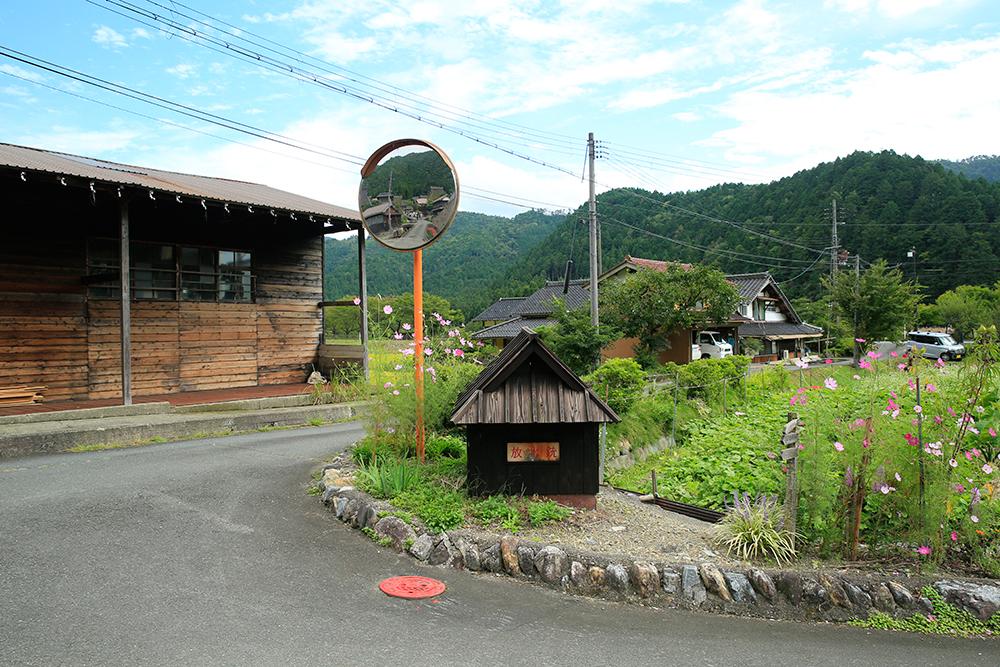 真ん中の木の小屋は防水銃です。