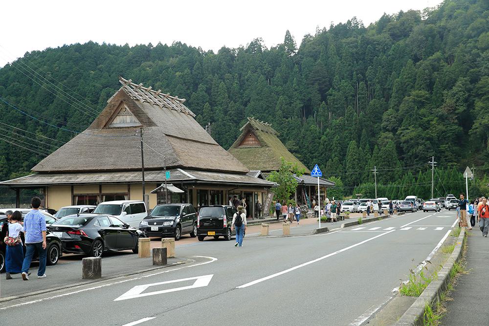 駐車場近くのお店も茅葺き屋根です。 駐車場は待ちの列ができるほどの混雑でした。