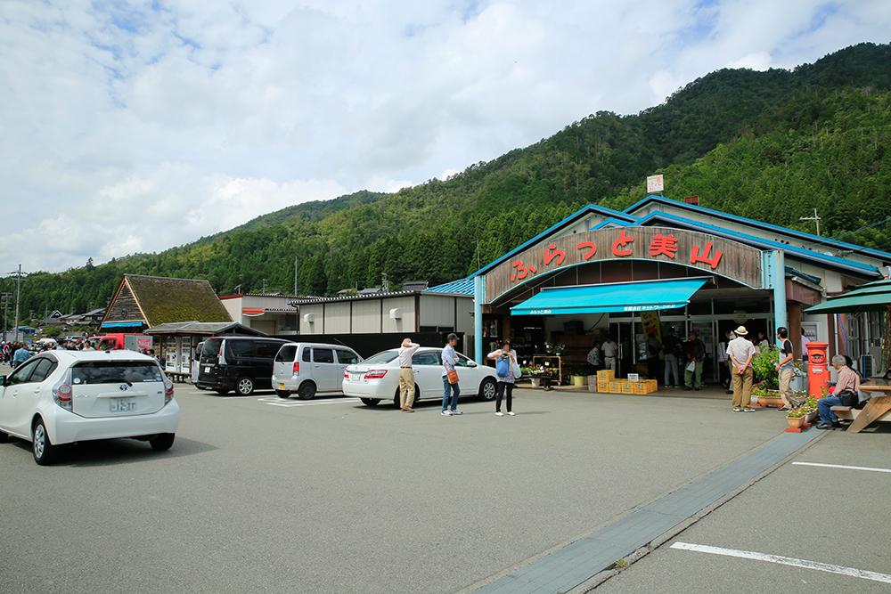 道の駅内にある「ふらっと美山」 地域の野菜や加工品のみで、業者の仕入は一切なしだそうです。