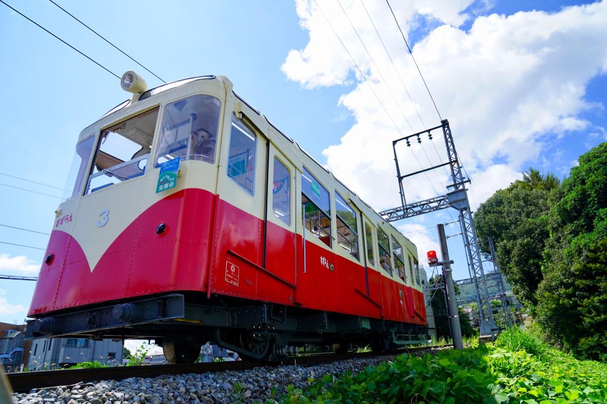 近鉄生駒駅からケーブルで行くこともできます。日本初のケーブルカーです。