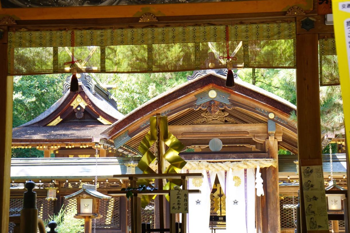 社殿には日本の土地を司る「日本大国魂大神」が祀られています。