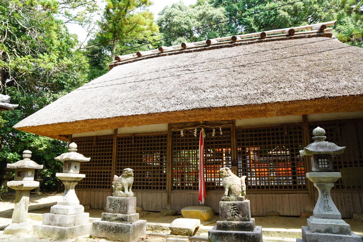美しい萱葺の拝殿です。