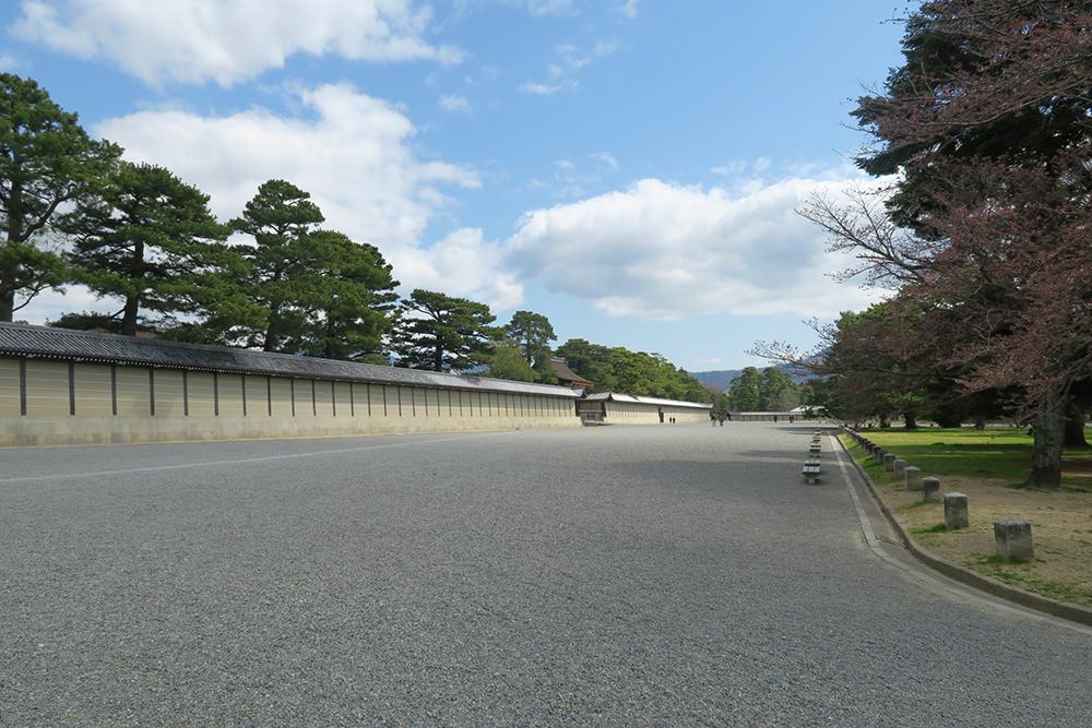 京都御所の健礼門。御所内の参観は宮内庁への事前許可が必要ですが、春と秋2回一般公開あり。
