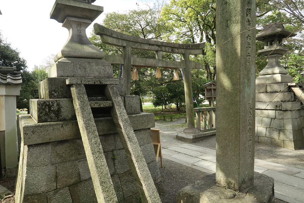 写真左の鳥居の形をした石は階段だったのかな?柱の内側にくぼみがありますね。