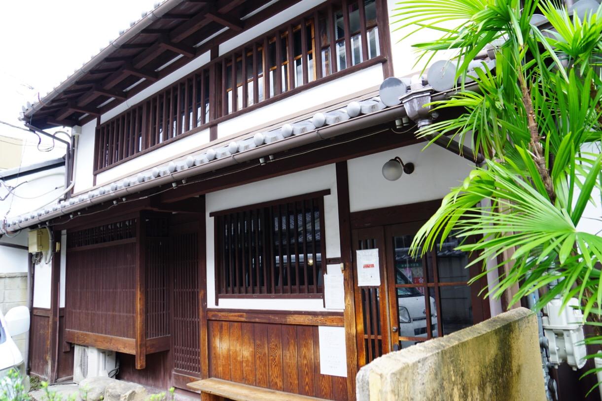 同じ通りにカナカナというカフェがあります。古民家を使用していて雰囲気があり人気です。
