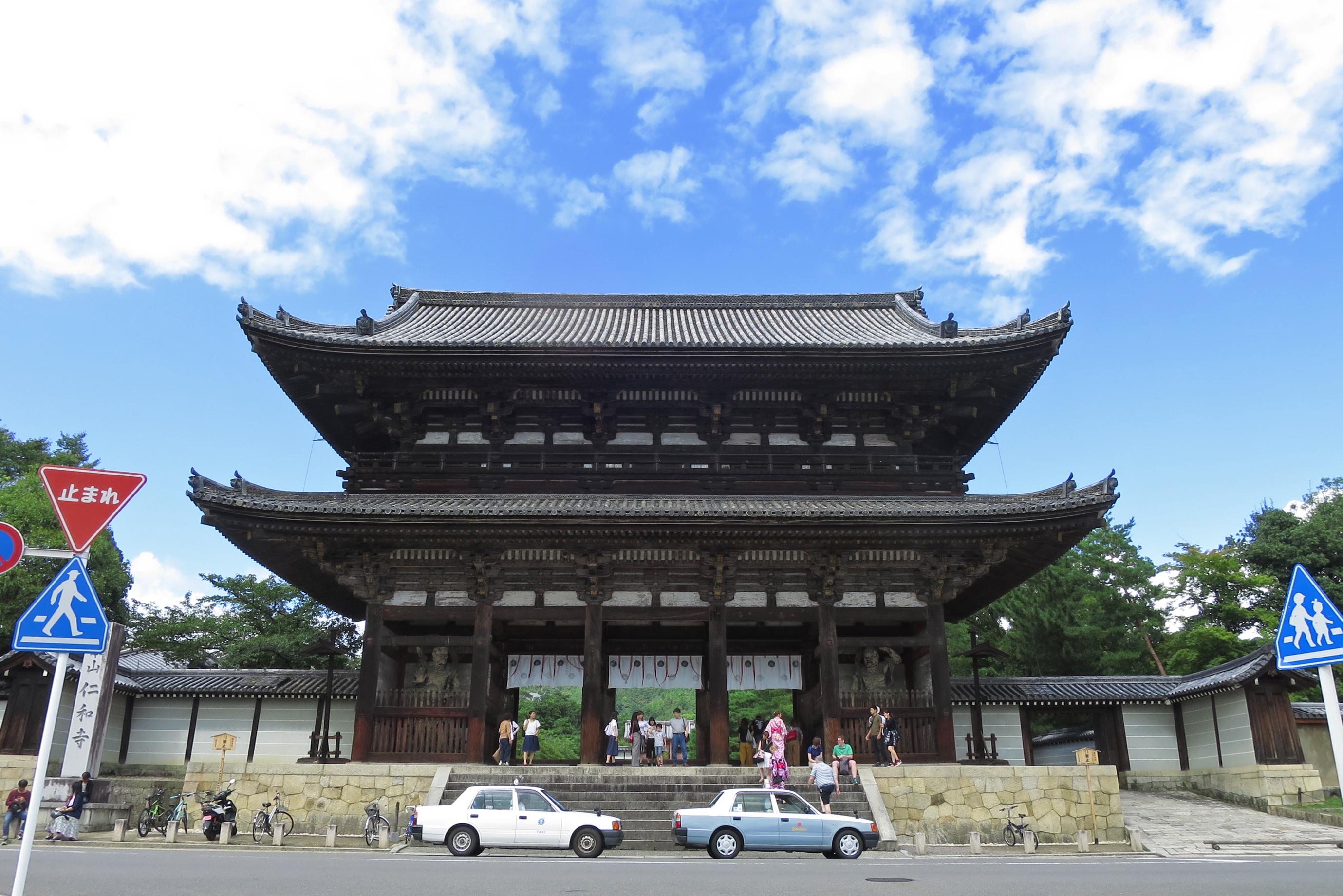 ここは仁和寺の二王門。大きな門ですね~。タクシーが小さく見えますね。