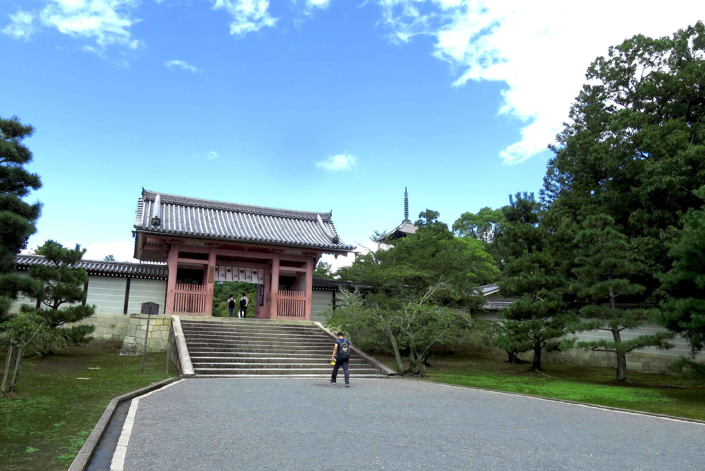二王門をくぐると中門が見えてきます。