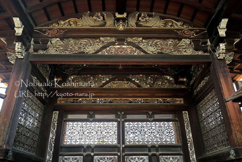京都府技師の亀岡末吉氏が設計した勅使門。見ごたえのある門です