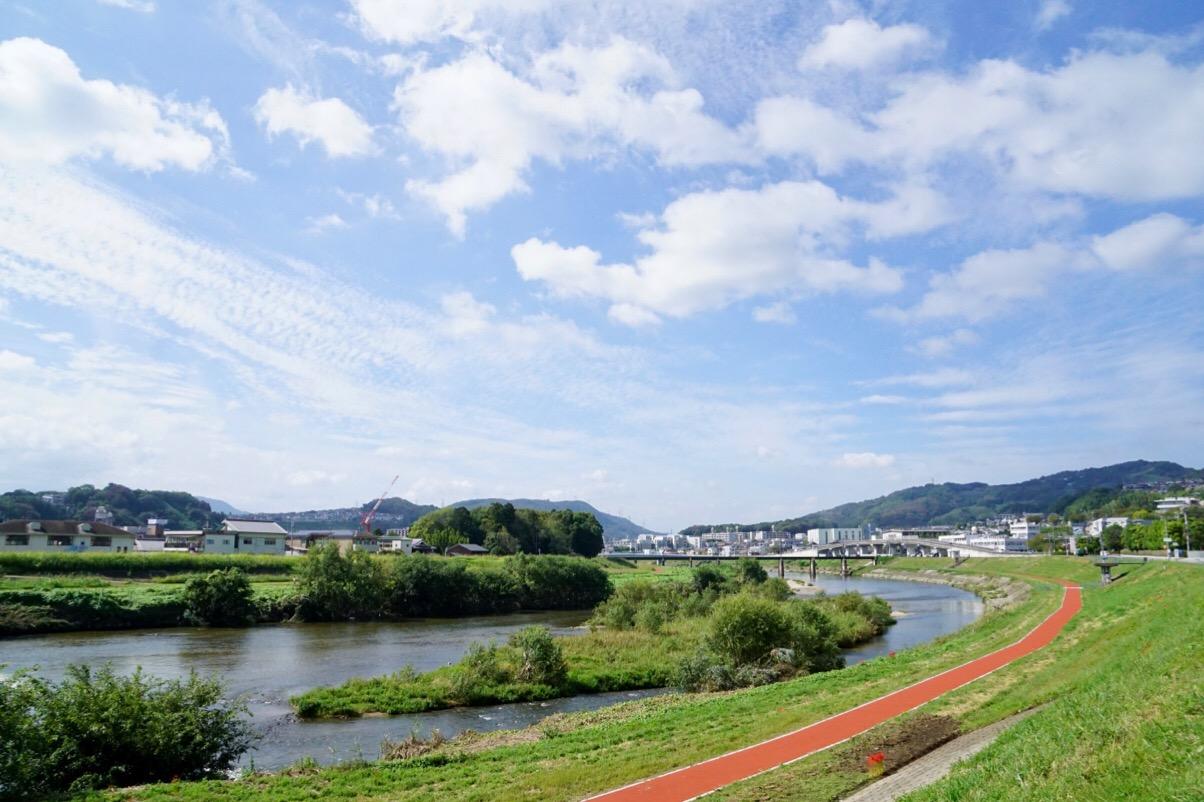 龍田大社へ。大和川が流れ、開けた明るい場所です。
