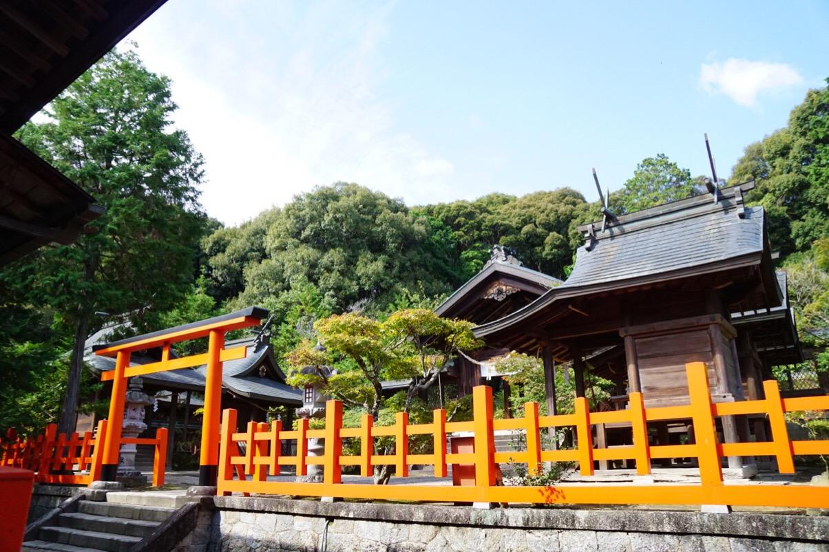 拝殿の後ろにさらに朱色の鳥居に囲まれた本殿があります。