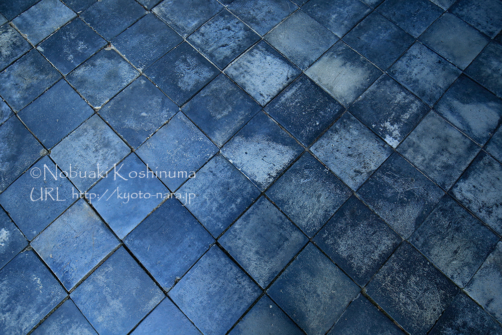 東福寺本坊庭園の北と西庭に市松模様が表現されていますが、ココも美しいマス目の床でした。