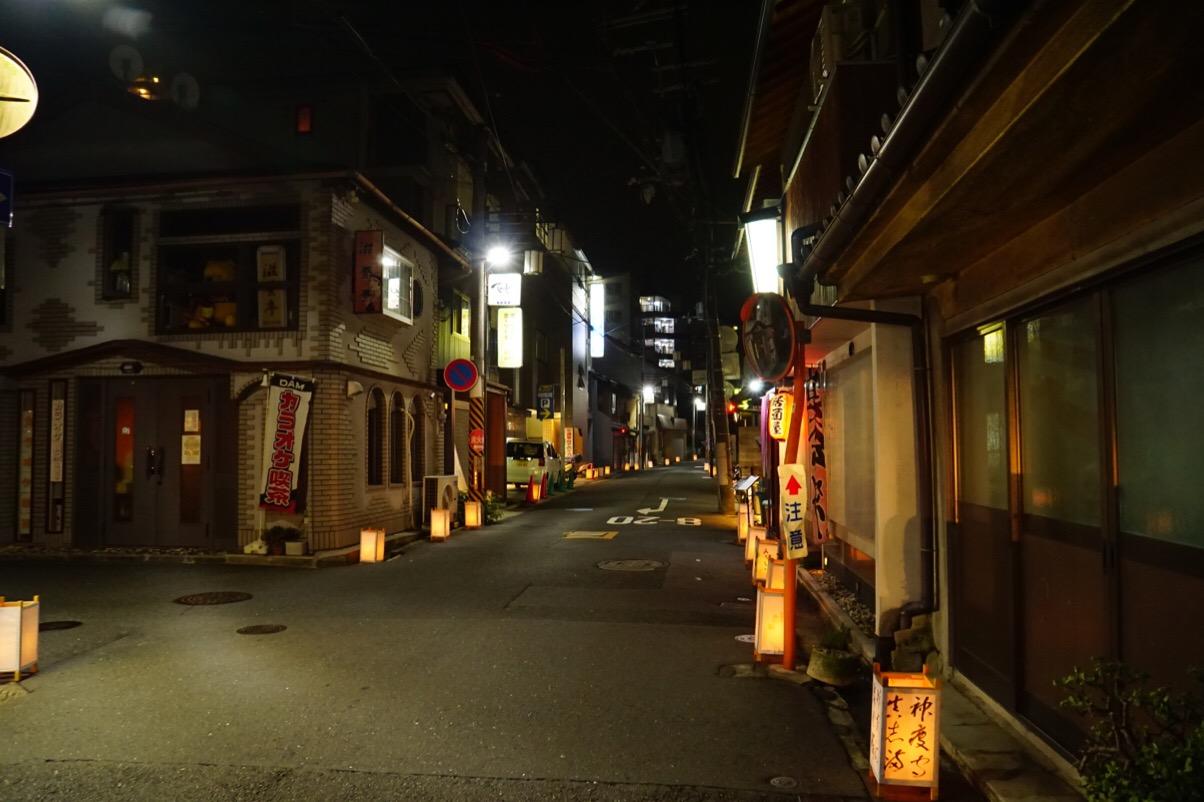 生駒駅から灯籠が置かれています。