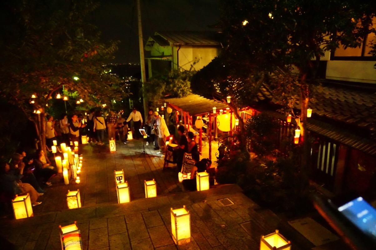 参道のカフェや飲食店の前でも趣向を凝らした灯籠が置かれ、華やかです。