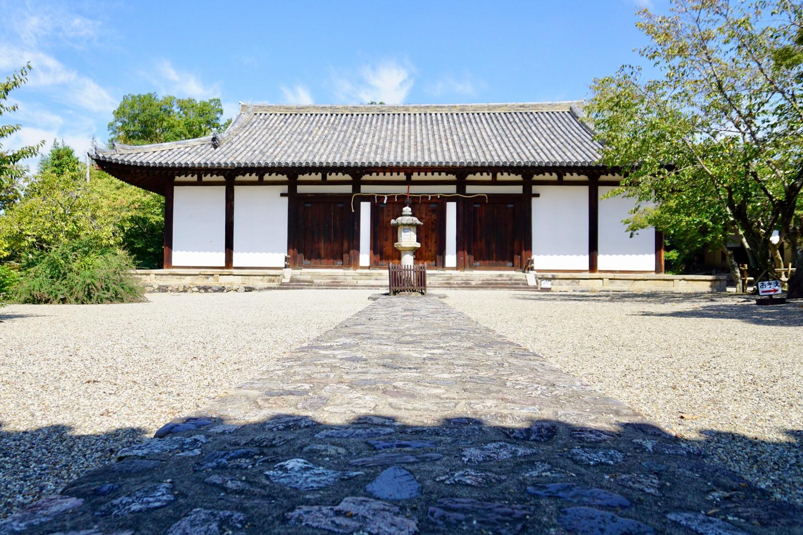 近くには新薬師寺があります。