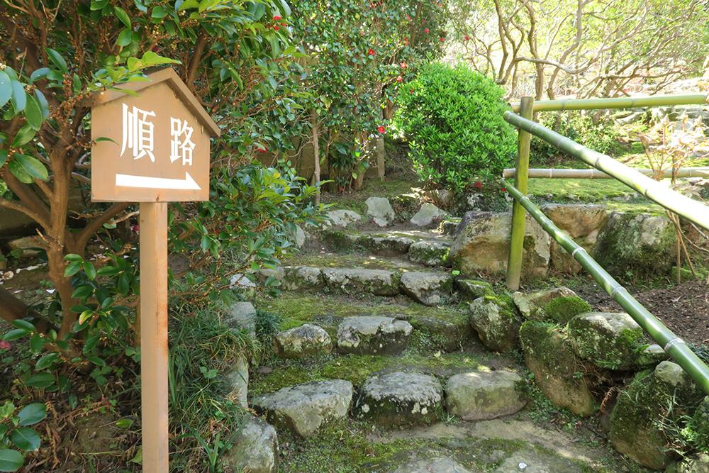 趣きのある石階段を歩きます。