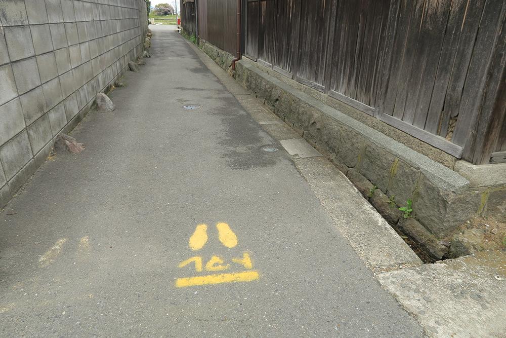 手作り感ある「とまれ」標識。子供の頃は、こういう道を走りたくなるんですよね。気を付けて!