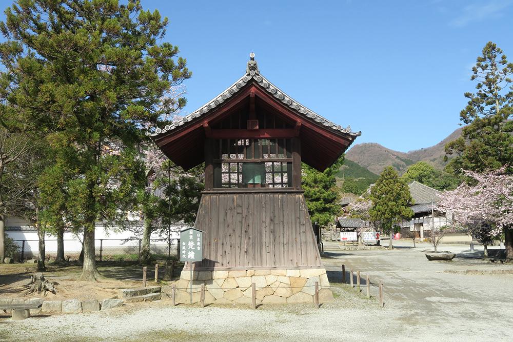 国宝にもなっている日本最古の梵鐘で、第二次大戦中に供出を求められ、溶かされる寸前だったそうです。