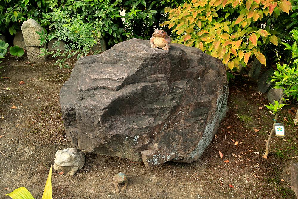 秀吉が気に入って大阪城に運びこまれた「かえる石」。ご縁あって元興寺に移されたそうです。