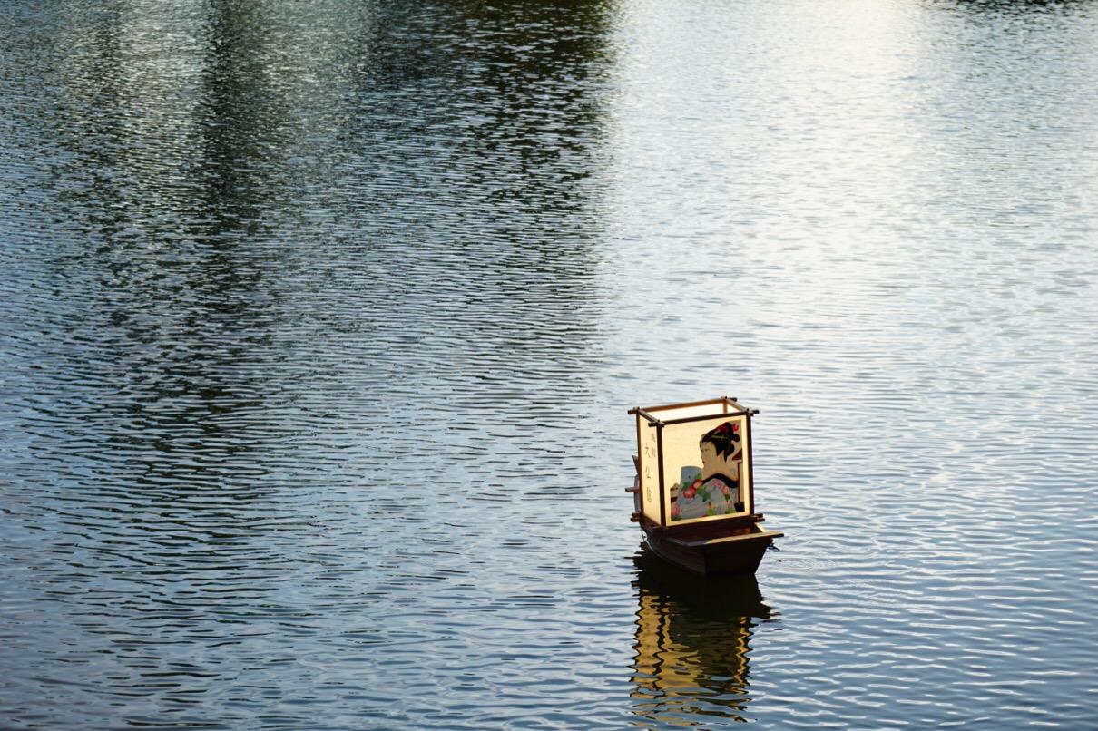 猿沢池には小舟に乗った灯籠が浮いています。