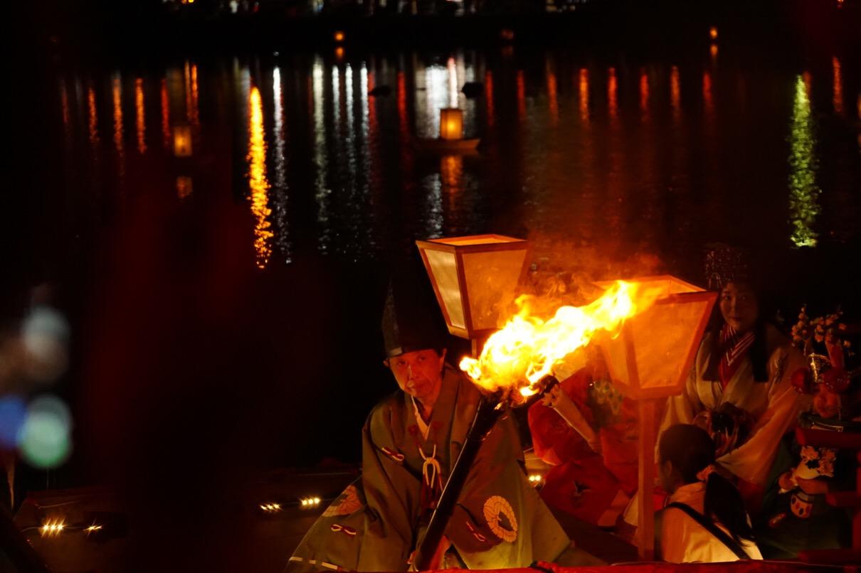 花扇を乗せた2叟の船が池をめぐります。