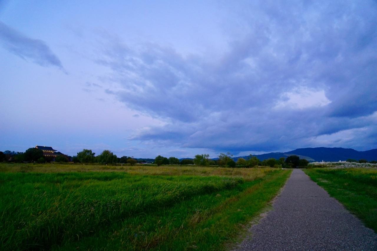 左に大極殿、正面には若草山が見えます。