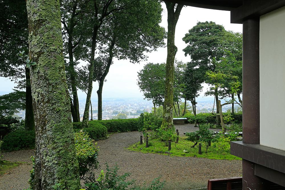 境内からは奈良の町が見渡せます。晴れていると気持ちよさそうです。