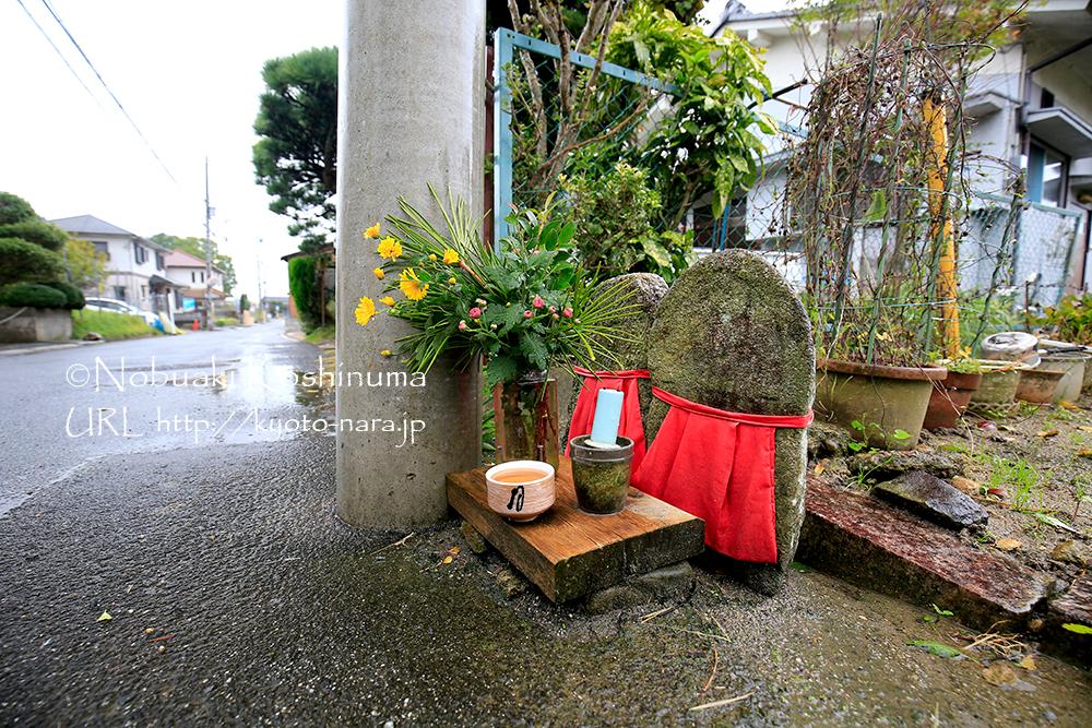 道の途中に安置された石仏。お花がきれいです。枯れたら新しいものを活けているのでしょうね。
