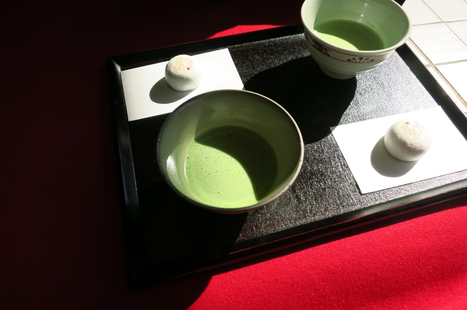 お茶席では、和菓子付のお抹茶を500円で頂けます。(写真は二人分です。)