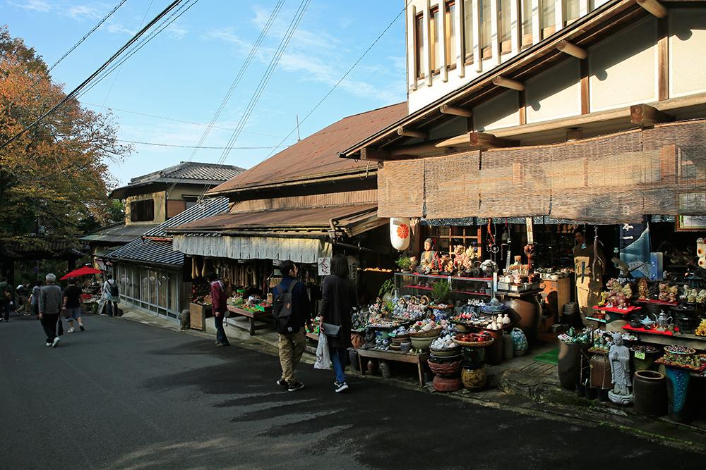 金峯山寺・黒門を越えてスグの所にあるお土産屋さん。紅葉シーズンの観光客は、春の半分以下!?