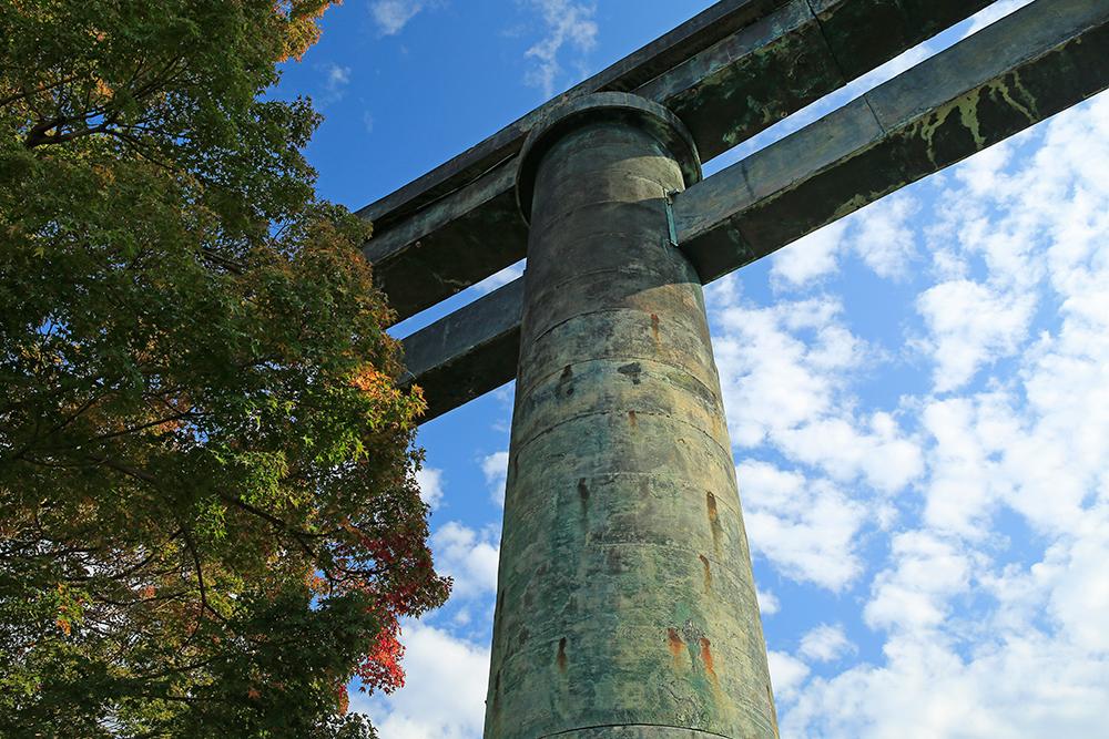 重要文化財の金峰山寺銅鳥居。この鳥居は俗界と浄域との結界で、仏道修行を発心するところ。