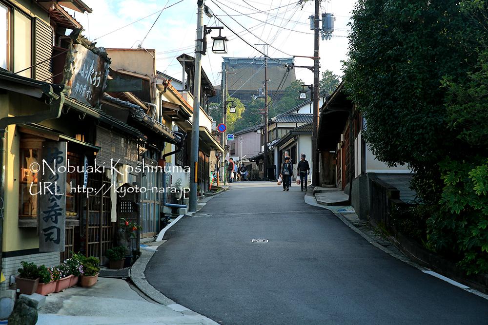 世界遺産の蔵王堂が見えてきました。この細い道の奥に見える蔵王堂と町の雰囲気がいいですね。