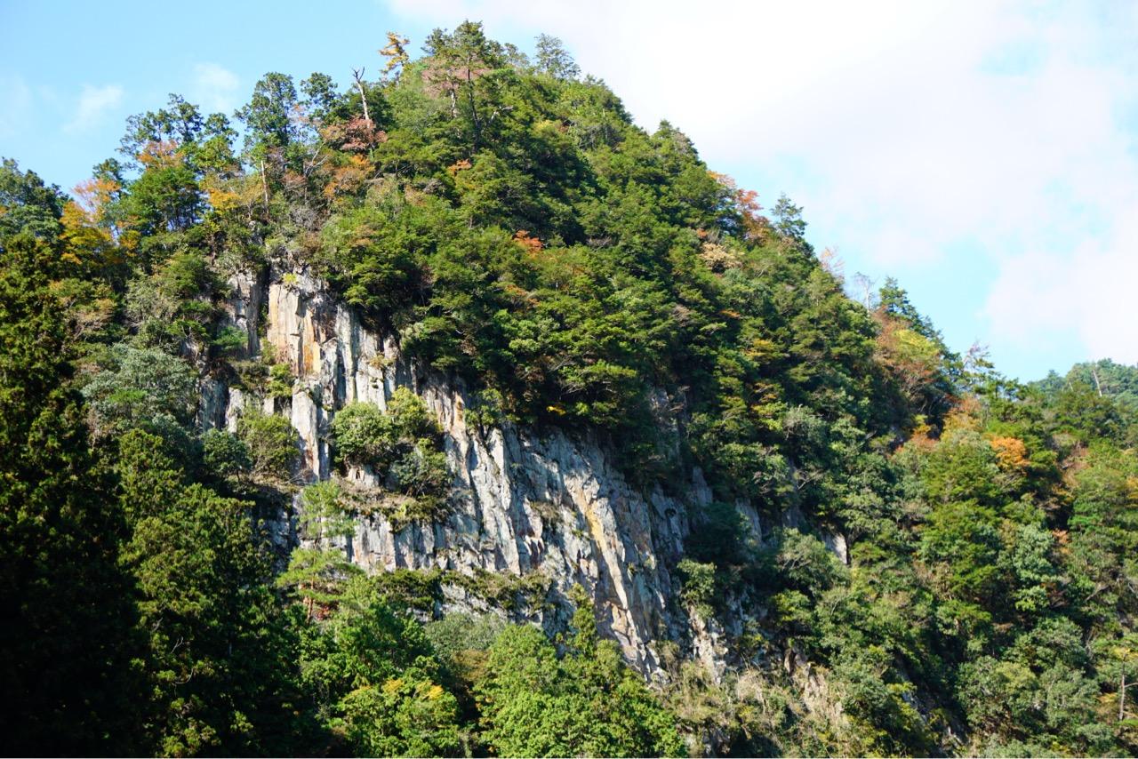 4kmほどのところに香落渓があります。両岸に断崖が続きます。
