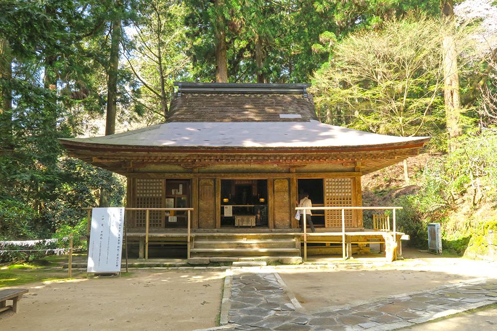 弥勒堂。他寺からの預かりの仏像らしいのですが、国宝の釈迦如来像が安置されています。