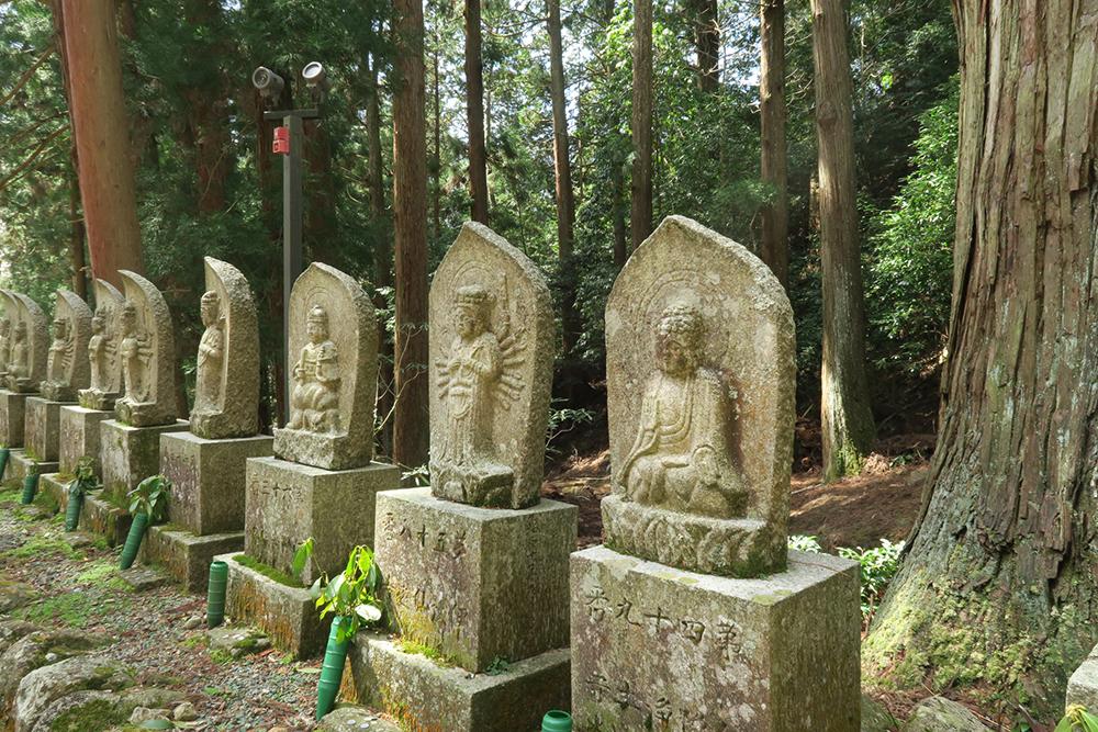 境内のいたるところに石像があります。