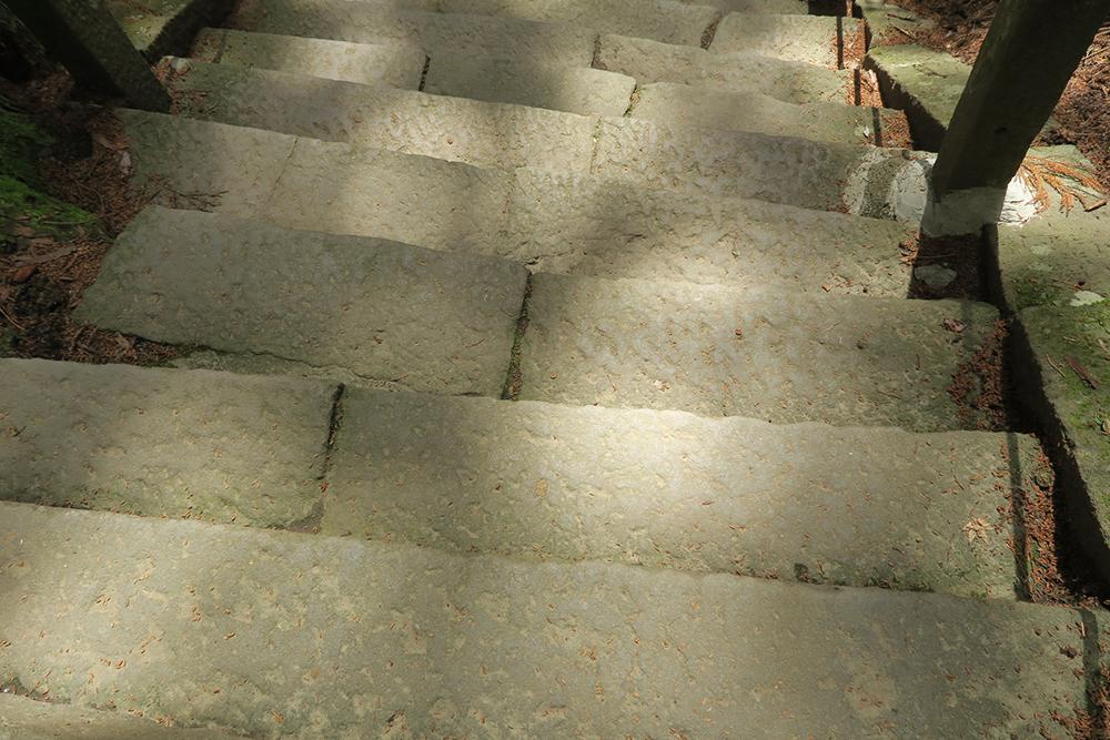 石階段の幅が均一ではないので、気を付けて下りてくださいね。