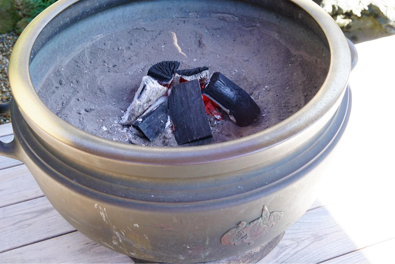 外で待つ間寒くないように火鉢がありました。とても暖かいものなんですね!