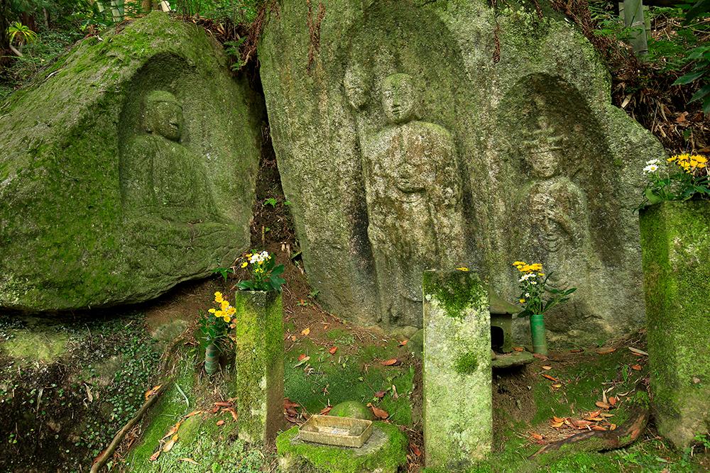 藪の中三体仏。中央に地蔵と十一面観音、向かって左が阿弥陀。珍しい配置の石仏。1262年彫刻のもの