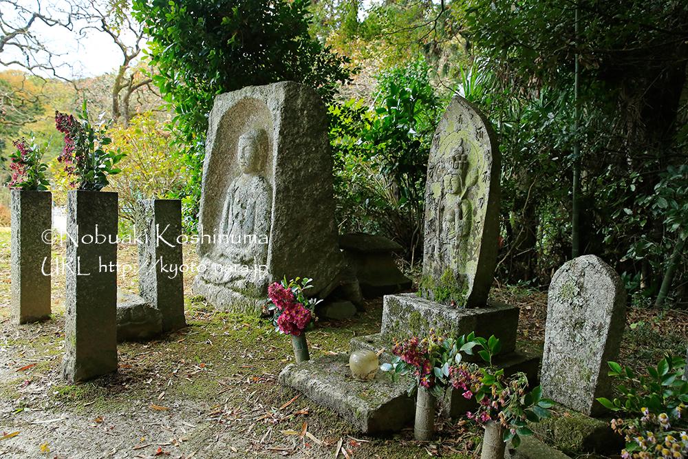 首切地蔵。藪の中三尊と共に在銘石仏では最古のもの。