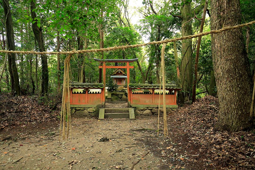 大門石仏群の向かいにある春日神社。