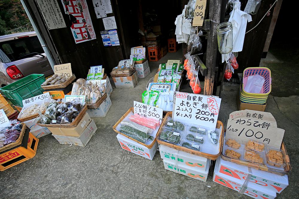 浄瑠璃寺手前のお店では、わらび餅100円、よもぎ餅などが売られていますので小腹が空いたらどうぞ!