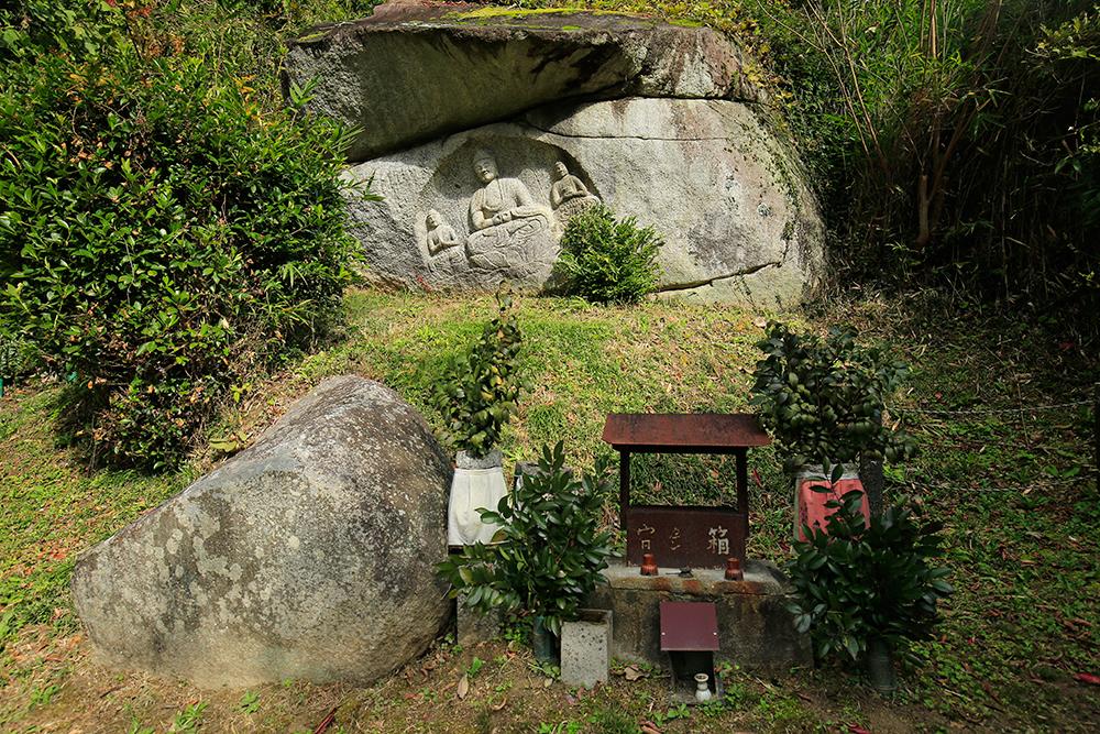 わらいぼとけ。当尾の石仏の中でも最も知られた阿弥陀三尊像。