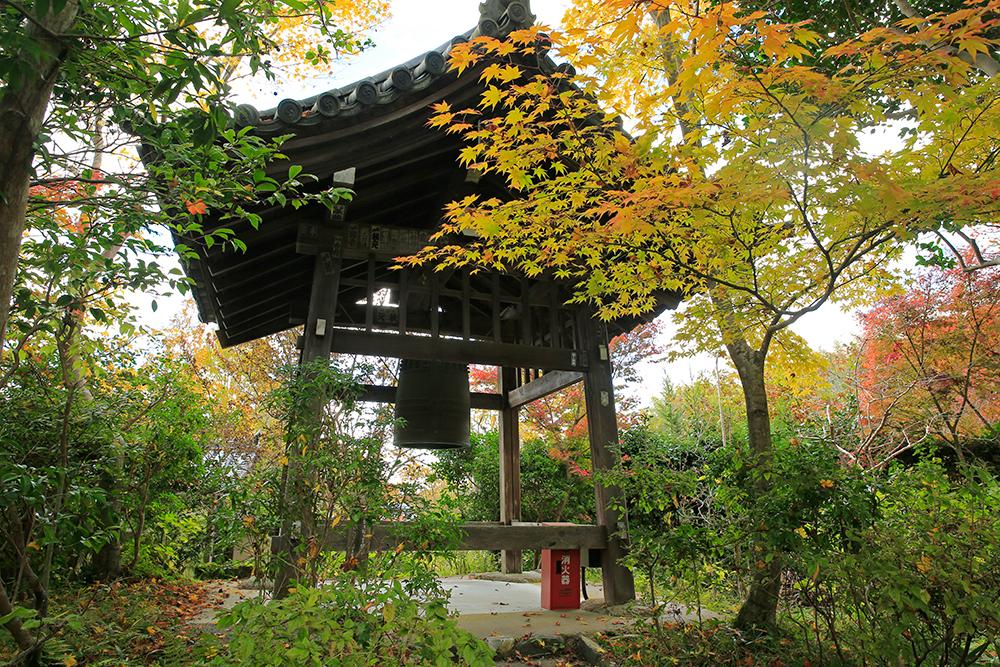 浄瑠璃寺・梵鐘付近の紅葉。