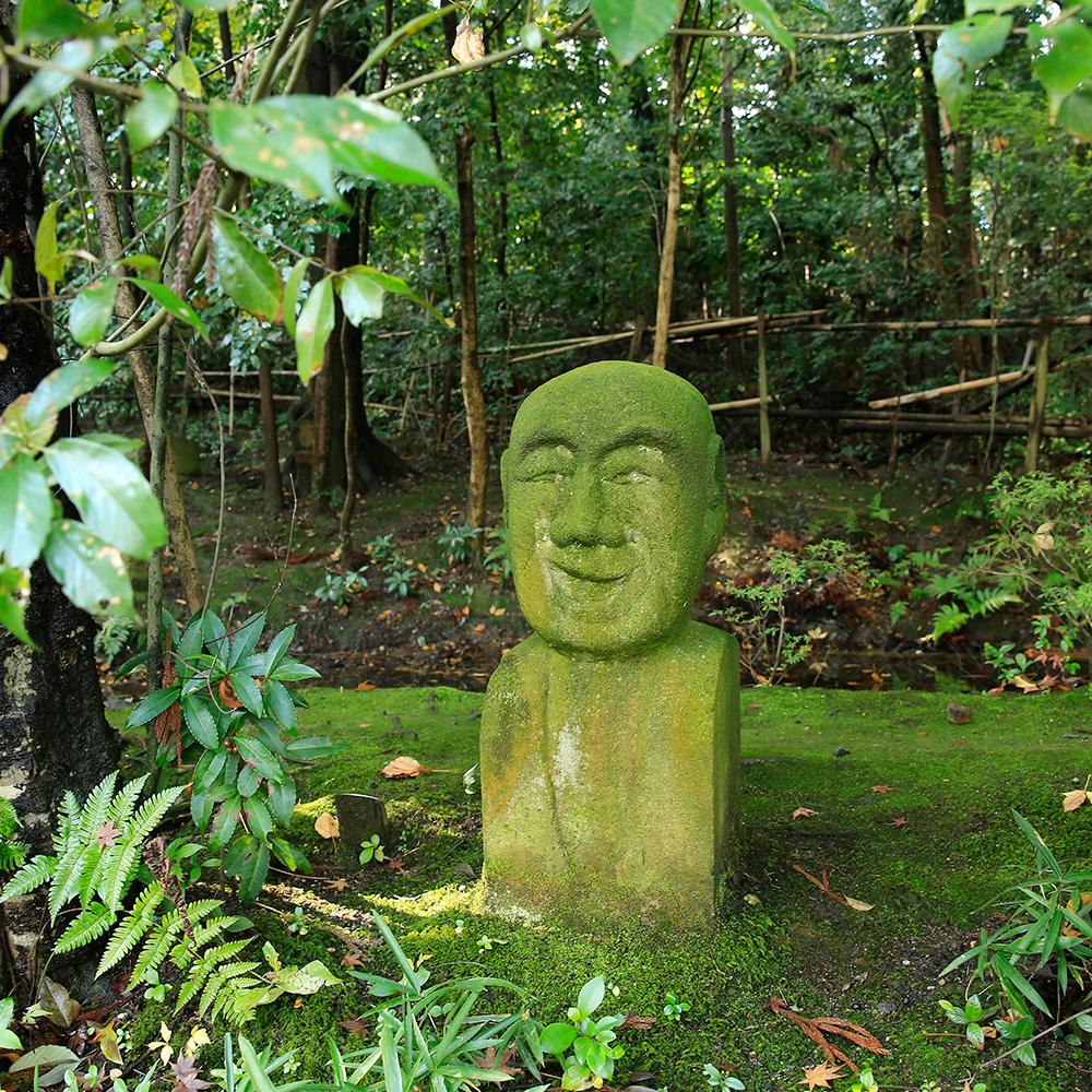 「ニ十世紀の森」に佇む石仏。この他にも沢山の石仏があります。